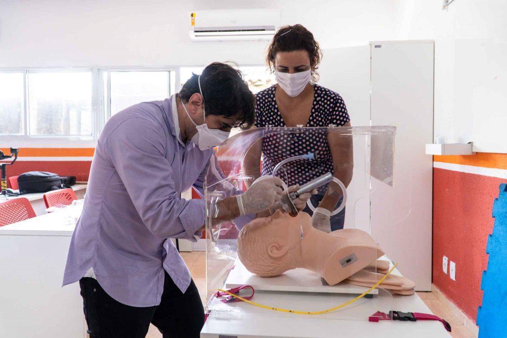 Simulação de uso da aerosol box. Hospital SAMU - Cabo de Santo Agostinho, PE, 2020